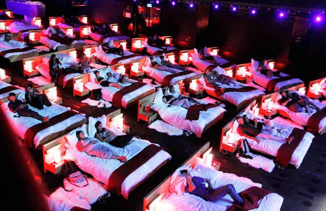 (Italiano) Apre a Napoli il cinema con letti e divani.